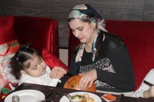 Пятилетняя Хадиджа очень старается, чтобы шар был еще краше