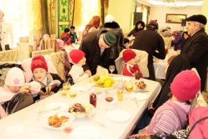 """В светлый праздник - день рождения пророка сотрудники и волонтеры фонда """"Солидарность"""" в Дагестане провели совместно с фондом при Центральной мечети Махачкалы праздничный обед для детей-сирот"""