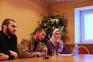 Председатель совета фонда Сурхо Сатуев, политолог Руслан Курбанов, президент фонда Лилия Мухамедьярова