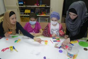 """Волонтеры """"Солидарности"""" Нана и Камилла рисуют с детишками из РДКБ звездное небо"""