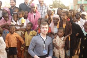 """Волонтер фонда """"Солидарность"""" в Дагестане Абдулазам Кебедов с суданскими ребятишками. Добро пожаловать в Африку!"""